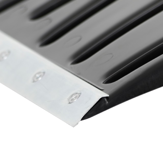 Лезвие лопаты усилено стальной кромкой прочно закрепленной в специальном пазе заклепками